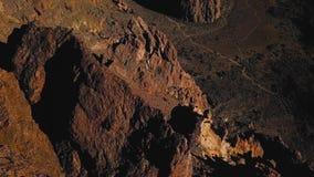 Вид с воздуха национального парка Teide, полет над горами и затвердетая лава Канарские острова tenerife видеоматериал