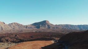 Вид с воздуха - национальный парк Teide, пустыня, замороженная лава и высокие горы, нога вулкана акции видеоматериалы