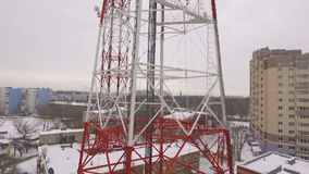 Вид с воздуха на башне радиосвязи в дневном времени зимы пасмурном акции видеоматериалы