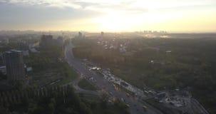 Вид с воздуха на восходе солнца летая над городом пикселы 4k 4096 x 2160 акции видеоматериалы