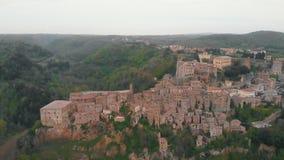 Вид с воздуха на городке и холмах акции видеоматериалы
