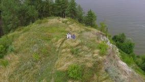 Вид с воздуха на девушках потехи нося длинное платье моды лета идя около озера или реки 2 кавказское и одно акции видеоматериалы