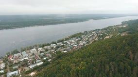 Вид с воздуха на деревне рекой акции видеоматериалы
