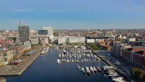Вид с воздуха на доке со шлюпками отдыха и окружающими квартирой и офисными зданиями в Антверпене стоковое фото