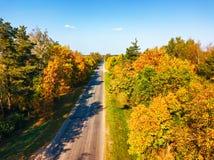 Вид с воздуха на дороге сельской местности с лесом и полями стоковые изображения rf