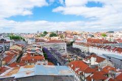 Вид с воздуха на зданиях и оранжевых крышах в Лиссабоне, Португалии Взгляд сверху на городе и архитектуре стоковые фото