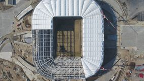 Вид с воздуха на конструкции и реконструкции футбольного стадиона Реконструкция стадиона для хостинга спичек мира стоковые изображения rf