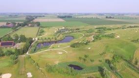 Вид с воздуха на поле для гольфа сток-видео