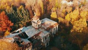 Вид с воздуха на получившихся отказ загубленных замке и парке Отснятый видеоматериал цвета осени в свете захода солнца видеоматериал