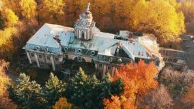 Вид с воздуха на получившихся отказ загубленных замке и парке Отснятый видеоматериал цвета осени в свете захода солнца сток-видео