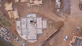 Вид с воздуха на строительную площадку и рабочих, которые проливают Ð±ÐµÑ видеоматериал