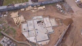 Вид с воздуха на строительную площадку и рабочих, которые проливают Ð±ÐµÑ сток-видео
