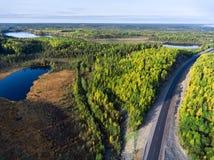 Вид с воздуха на шоссе асфальта среди трясин и небольших озер республики Karelia, осени Россия стоковое фото