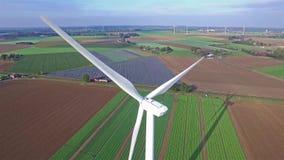 Вид с воздуха на энергии ветра, турбине, ветрянке, возобновляющей энергии производства энергии - чистой и сток-видео