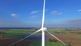 Вид с воздуха на энергии ветра, турбине, ветрянке, возобновляющей энергии производства энергии - чистой и видеоматериал