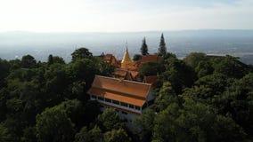 Вид с воздуха на Wat Phra что висок Doi Suthep в Chiangmai, Таиланде акции видеоматериалы