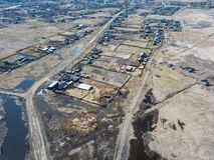 Вид с воздуха небольшой деревни с немного частных домов принимался за земледелие в расстоянии от больших городов, стоковое изображение