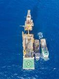 Вид с воздуха нежной сверля буровой вышки баржи буровой вышки Стоковые Фото