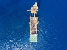 Вид с воздуха нежной сверля буровой вышки баржи буровой вышки Стоковые Фотографии RF