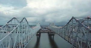 Вид с воздуха Нового Орлеана под палубой автодорожного моста над рекой Миссисипи акции видеоматериалы