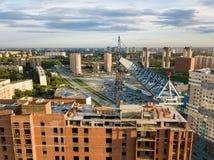 Вид с воздуха нового современного дома под конструкцией с синью стоковые фотографии rf