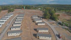 Вид с воздуха новый домашний обрамлять конструкции горной цепи и голубого облачного неба акции видеоматериалы