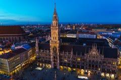 Вид с воздуха новых ратуши и Marienplatz на ноче, Munic Стоковая Фотография