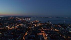 Вид с воздуха ночи от трутня морского порта центра города и города Одессы старого против темно-синего выравниваясь неба видеоматериал