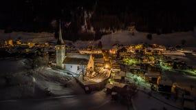 Вид с воздуха ночи швейцарской деревни на рождестве - Швейцарии Стоковые Изображения