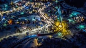 Вид с воздуха ночи швейцарской деревни на рождестве - Швейцарии Стоковое Фото