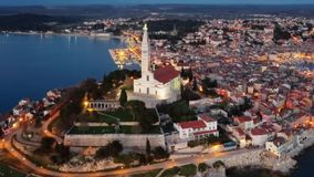 Вид с воздуха ночи Rovinj, Хорватии акции видеоматериалы