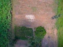 Вид с воздуха обрабатываемой земли, взгляд трутня природы ландшафта обрабатываемой земли стоковое изображение