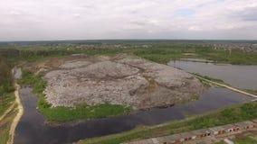Вид с воздуха огромной свалки мусора города на лесе сток-видео
