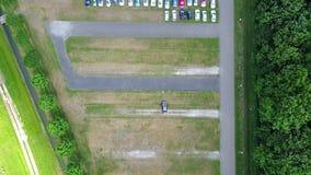 Вид с воздуха огромной укладки в форме места для стоянки автомобиля от одиночного автомобиля к много и задняя - промежуток времен сток-видео