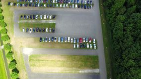 Вид с воздуха огромной укладки в форме места для стоянки автомобиля от одиночного автомобиля к много видеоматериал