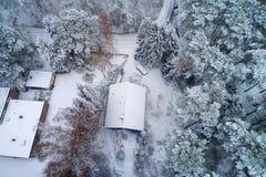 Вид с воздуха односемейного дома в лесе во время wi Стоковое Изображение