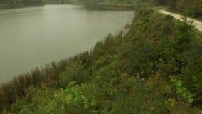 Вид с воздуха озера на горе Goc в тумане сток-видео