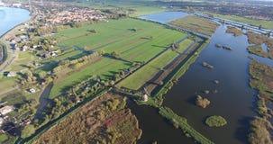 Вид с воздуха озер ветрянок kinderdijk, заход солнца, Нидерланд сток-видео