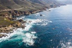Вид с воздуха океана и красивой береговой линии в северной калифорния стоковые изображения rf