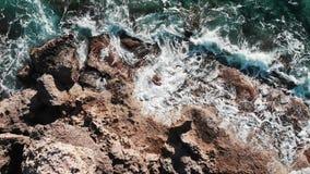 Вид с воздуха океанских волн Близкий поднимающий вверх взгляд больших утесов океана Волны ударяя береговую линию Брызгать волн Во видеоматериал