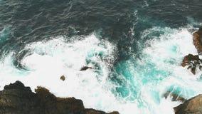 Вид с воздуха океанских волн и красивого скалистого побережья острова Тенерифе Опасные волны разбивают против акции видеоматериалы