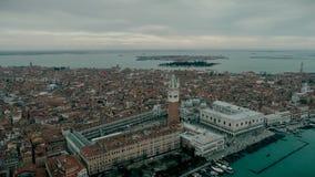 Вид с воздуха ориентир ориентира Венеции панорамного, вид с воздуха аркады Сан Marco или квадрата St Mark, колокольня и Дукале ил акции видеоматериалы