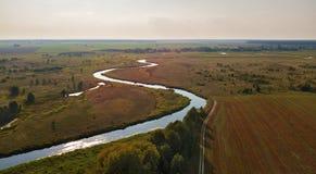 Вид с воздуха осени сельский с земледелием fields, луга, река стоковые фотографии rf
