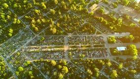 Вид с воздуха остатков мертвыми права interred людьми двигая над парком показывая могилы и идя путь 4K видеоматериал
