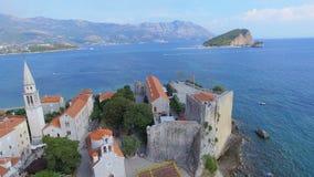 Вид с воздуха острова пляжа и St Nicholas городка Budva старого, Черногории 2 видеоматериал