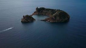 Вид с воздуха островка Vila Franca делает Campo сформирован кратером старого подводного вулкана около острова San Miguel акции видеоматериалы