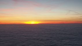 Вид с воздуха от самолета к массивному морю облаков на заходе солнца видеоматериал