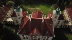 Вид с воздуха от самолета низко-летания жилого имущества в состоятельном районе на холме 4K видеоматериал