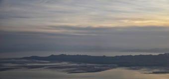 Вид с воздуха от самолета острова антилопы на заходе солнца, взгляде от больших винных бутылок, подметая cloudscape на восходе со стоковое фото