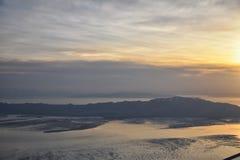 Вид с воздуха от самолета острова антилопы на заходе солнца, взгляде от больших винных бутылок, подметая cloudscape на восходе со стоковые фото